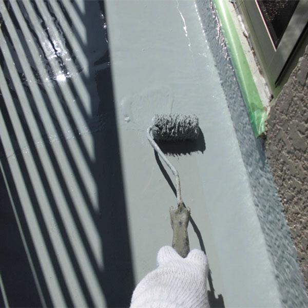ウレタン防水二層目。一層目の上にもう一度塗ります。                                                                                                                ※ノンブリードタイプとは?塗装をして数年経っても塗装面にアクが出ないタイプです。