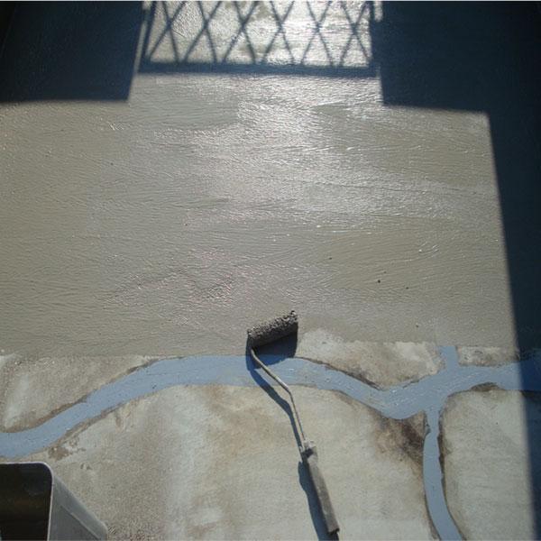 カチオンフィラー塗布。下地モルタルの巣穴を埋めます。