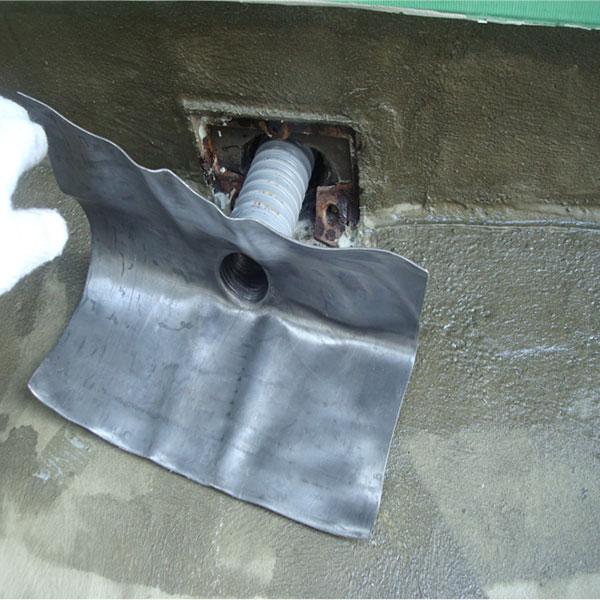 改修ドレン設置。排水口の中にジャバラホースを入れます。